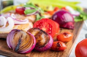 Hühnchensteak mit geröstetem Gemüse foto