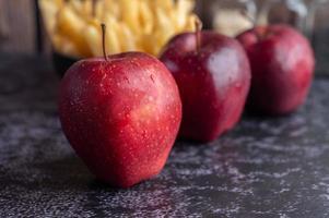 rote Äpfel mit Pommes im Hintergrund