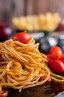 Spaghetti mit Tomaten und Salat foto