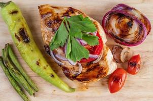 gegrilltes Hähnchen und Gemüse