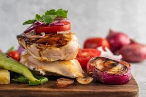gegrilltes Hähnchen und Gemüse foto