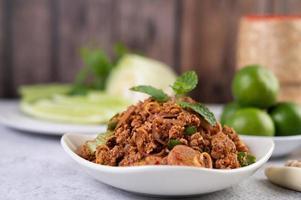 würziges gehacktes Schweinefleischgericht