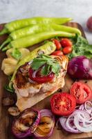 Hühnchensteak mit verschiedenem Gemüse