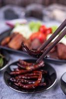 Gebratenes Schweinefleisch mit Chilis und Gemüse