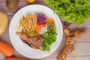 Fisch mit Pommes und Salat foto