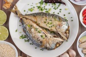 ein Teller mit gekochten Makrelen