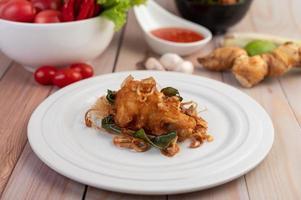 ein Teller mit Kräuter gebratenem Huhn
