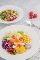 Gemüsesalat mit gekochten Eiern