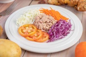 Thunfischsalat mit Karotten, Tomaten und Kohl foto