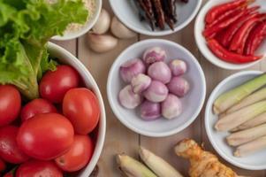 rote Zwiebeln, Zitrone, Zitronengras, Chilis, Knoblauch, Galangal und Salat foto