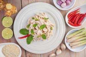 Hühnersalat auf einem weißen Teller mit Minzblättern