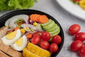 Gemüsesalat mit Brot und gekochten Eiern