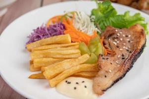 Fischsteak mit Pommes Frites und Salat