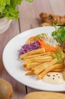 Fischsteak mit Pommes Frites und Salat foto