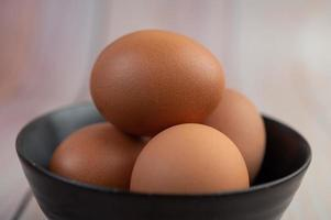Eier in eine kleine Tasse gelegt