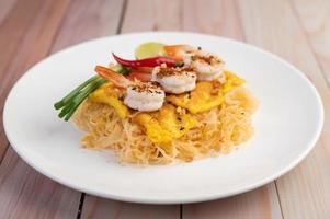 Teller mit Pad Thai Shrimps foto