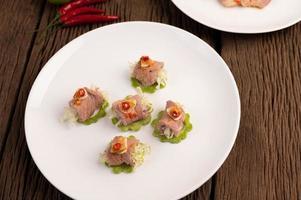 würziger zarter Limettenschweinefleischsalat foto