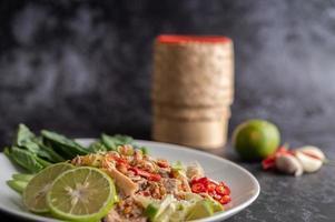 würziger Limettenschweinefleischsalat mit Gemüse und Beilagen foto