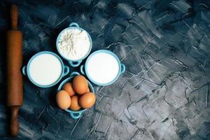 Draufsicht auf Mehl und Eier