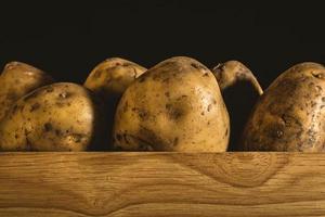 Kartoffeln in einer Holzkiste foto