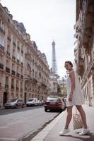 Frau, die auf dem Bürgersteig in Paris geht