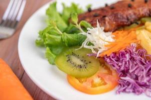 Fisch mit Pommes und Salat