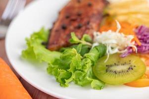 Fischsteak mit Pommes Frites, Obst und Gemüse