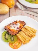 Fischsteak mit Pommes Frites und Salat.