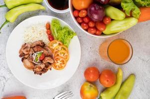 Gegrilltes Schweineschnitzel mit Tomaten und Salat
