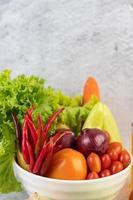 Tomaten, rote Zwiebeln, Paprika, Karotten und Chinakohl