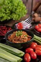 süßes Schweinefleisch mit Gurken, langen Bohnen, Tomaten und Beilage