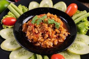 süße Schweinefleischschale mit Gurken, langen Bohnen und Tomaten