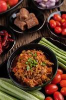 süßes Schweinefleisch mit Gurken, langen Bohnen, Tomaten und Beilagen