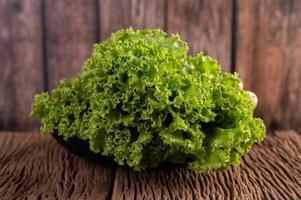 ein großer Haufen Salat auf hölzernem Hintergrund