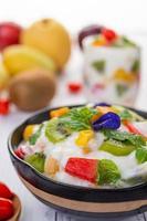 frisches Obst und Joghurt