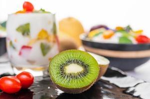 Fruchtjoghurt-Smoothie im Glas mit Kiwi aus nächster Nähe foto