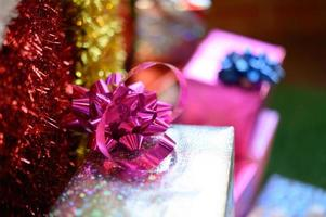 Nahaufnahme eines Bandbogens auf einer Geschenkbox