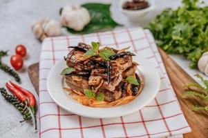 gebratenes Schweinefleisch mit gebratenem Chili gebratener Zwiebel und Minze