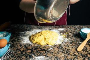 Person, die frische Pasta macht