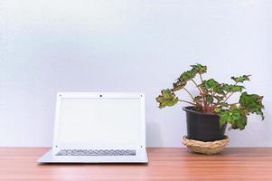 Laptop auf dem Schreibtisch