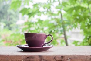 lila Kaffeetasse auf einer Tischplatte