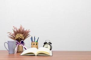 Blume und Buch auf dem Schreibtisch