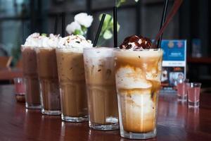 Nahaufnahme von Gläsern Kaffee