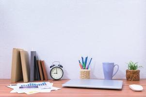 Laptop und Bücher auf dem Schreibtisch
