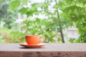 orange Tasse auf einem Tisch draußen