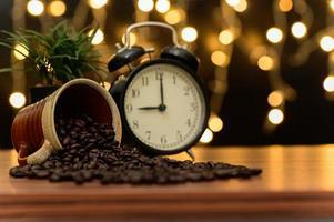 Kaffeetasse auf dem Schreibtisch