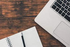 Draufsicht auf einen Laptop und ein Notebook