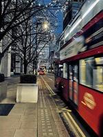 London, Großbritannien, 2020 - Doppeldeckerbus unter Weihnachtsbeleuchtung