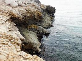 Klippe in der Nähe des Wassers foto