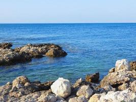 Blick auf das blaue Meerwasser foto
